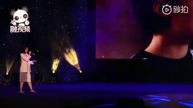 演员马栗在第二届海峡两岸青年发展论坛嘉年华暨闭幕会上演唱《最相爱的朋友》图片