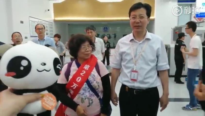玉环市常务副市长柯寿健为第20万位游客颁发绶带——一位来自台中的阿嬷!图片